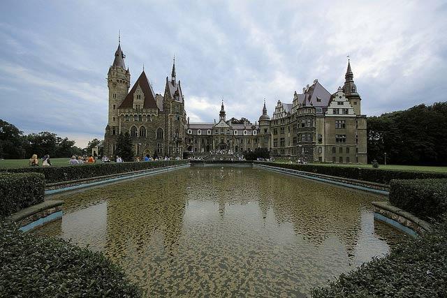 Мошненский замок в Польше